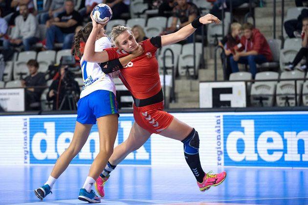 Česká házenkářka Markéta Jeřábková (vpravo) a Maria Zuinová z Itálie během kvalifikace ME 2016.