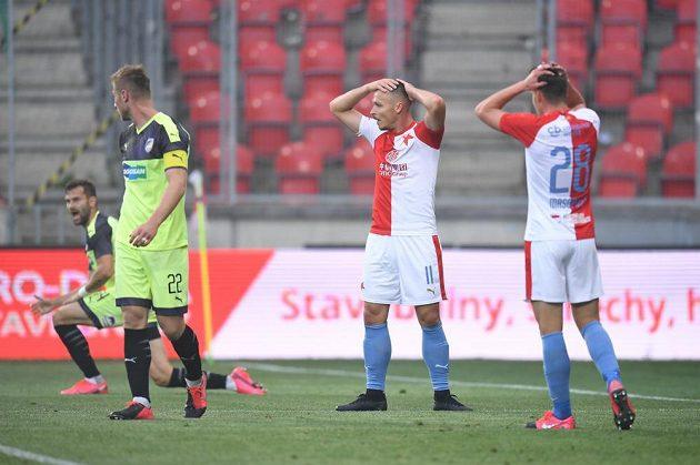 Fotbalisté Slavie po zahozené šanci proti Plzni.