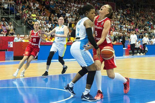 Zleva Kateřina Elhotová, Ukrajinky Anna Olchoviková, D`Andra Mossová a další česká basketbalistka Ilona Burgrová.