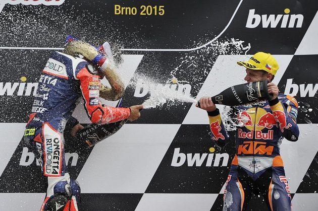 Vítěz kategorie Moto3 Niccolo Antonelli z Itálie (vlevo) a třetí Brad Binder z Jihoafrické republiky na stupních vítězů na Velké ceně silničních motocyklů v Brně.