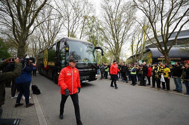 Autobus přiváží fotbalisty Dortmundu k odloženému zápasu čtvrtfinále LM s Monakem.