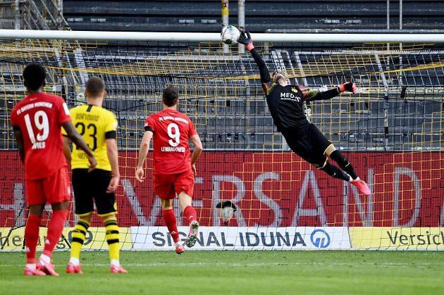 Brankář Dortmundu Roman Bürki na míč po střele Joshuy Kimmicha (není na snímku) z Bayernu sice sáhl, ale gólu nezabránil.