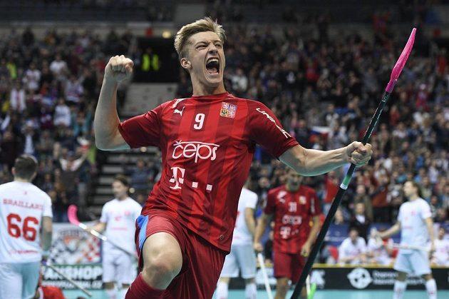 Český reprezentant Filip Langer se raduje z gólu.