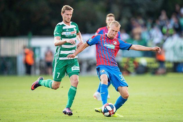 Petr Hronek z Bohemians atakuje Ondřeje Mihálika z Viktorie Plzeň během utkání 4. kola Fortuna ligy.