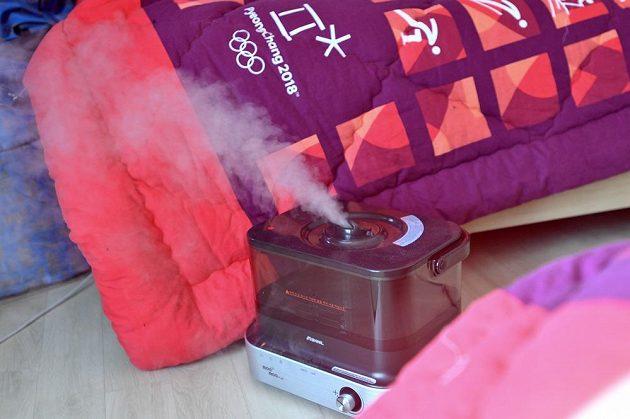 Stoupající pára ze zvlhčovače zlepšuje suchý vzduch v téměř každém pokoji v jednom z objektů v olympijské vesnici, který obývají čeští sportovci.