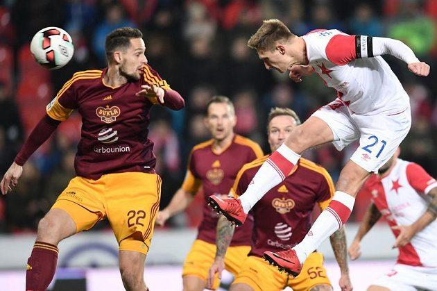 Milan Škoda ze Slavie střílí úvodní gól utkání proti Dukle.