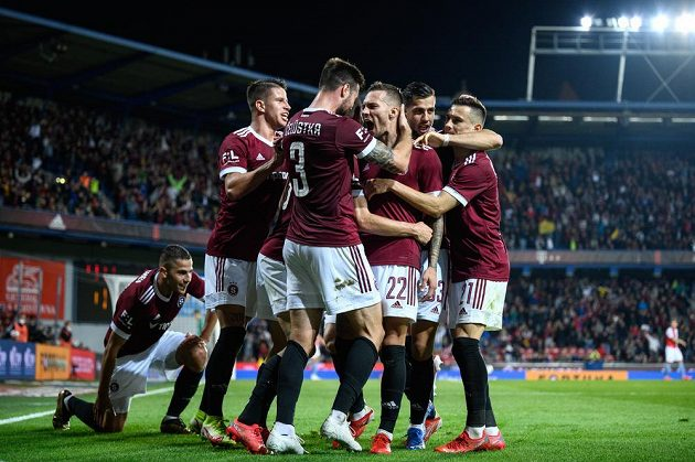 Fotbalisté Sparty oslavují gól Lukáše Haraslína během derby se Slavií.