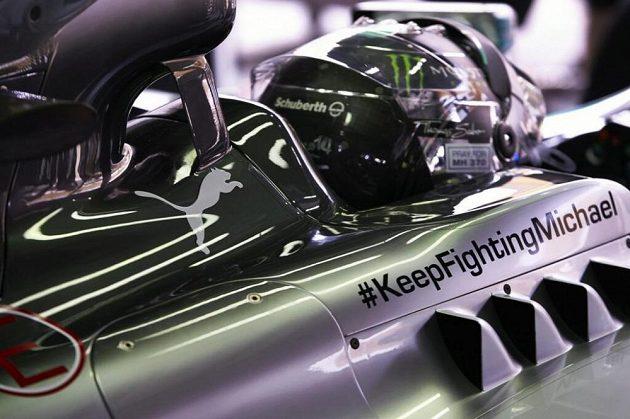 """Vzkaz """"Michaeli, nepřestávej bojovat,"""" zdobí monoposty týmu Mercedes v letošní sezóně."""