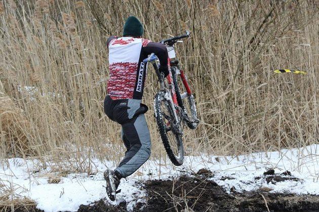 Ani závodníci na kole to neměli nejjednodušší.