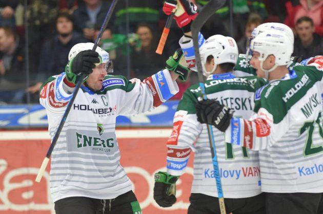 Radost karlovarských hokejistů po vstřelené brance. Autor gólu Matěj Stříteský (druhý zleva). Vlevo je Tomáš Vondráček.
