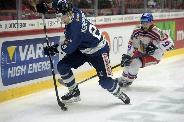 Joonas Kemppainen z Finska (vlevo) kontroluje puk před dotírajícím Janem Ruttou z Česka.