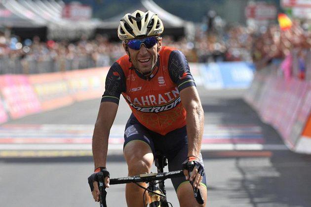Ital Vincenzo Nibali v cíli 16. etapy Gira.