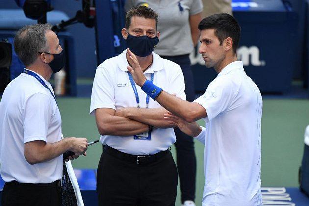 Novak Djokovič v diskusi s supervisorem turnaje
