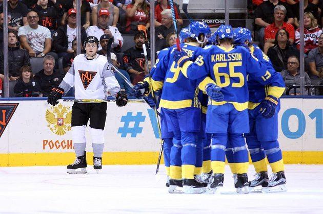 Švédští hokejisté se radují z gólu proti Výběru Severní Ameriky.