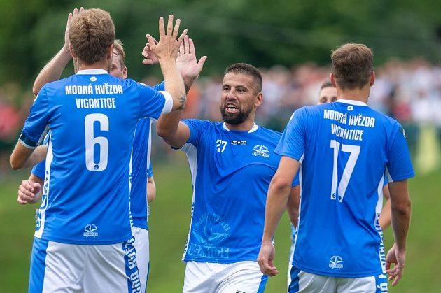 Milan Baroš z Vigantic (uprostřed) se raduje se spoluhráči.