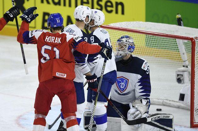 Český útočník Roman Horák se raduje ze čtvrtého gólu v síti francouzského brankáře Ronana Quemenera.