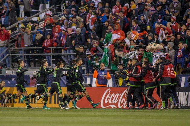 Útočník Mexika Miguel Layun oslavuje se spoluhráči gól do sítě USA.s
