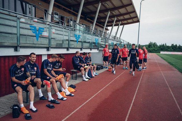 Národní tým přichází na trénink v městečku Laa an der Thaya na soustředění v Rakousku.