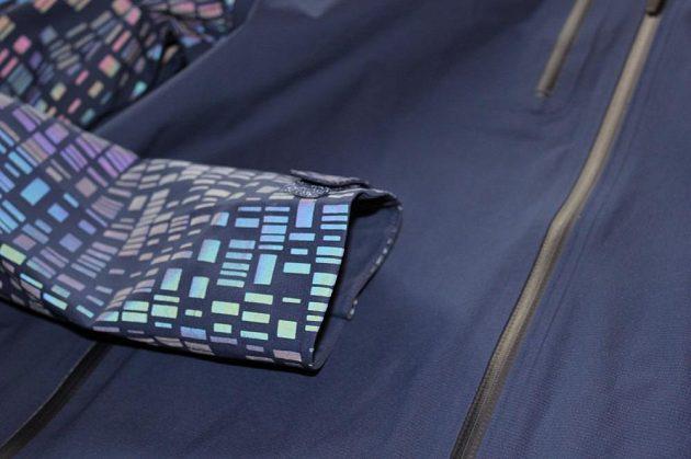 Běžecká bunda Nike HyperShield Flash: Horní část zakončení rukávů je prodloužená.