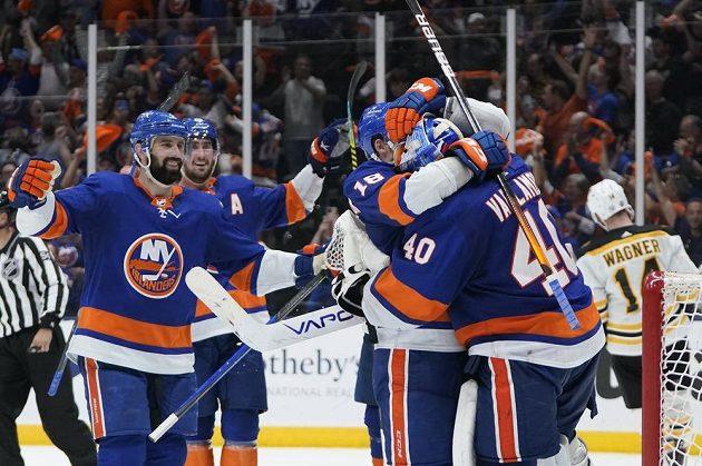 Hokejisté týmu New York Islanders slaví. Gólman Semjon Varlamov (40) se raduje se spoluhráči po vítězství nad Bostonem v utkání play off. Bruins prohráli séfii 2:4 na zápasy a sezona pro ně skončila.