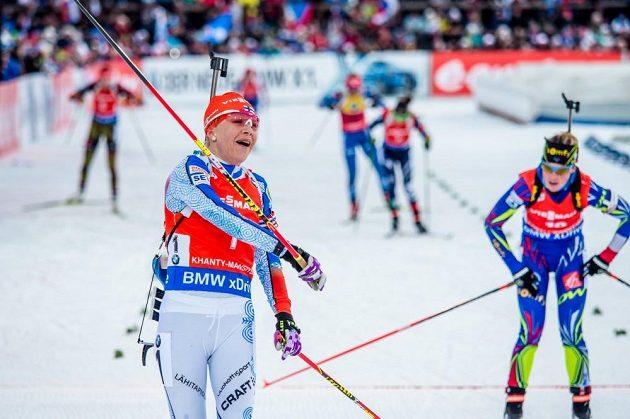 Finská biatlonistka Kaisa Mäkäräinenová se raduje z vítězství ve stíhacím závodě žen v ruském Chanty-Mansijsku.
