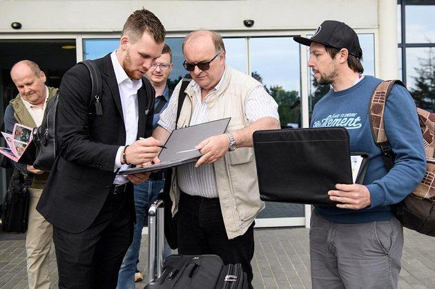 Radek Faksa před odletem na MS do Dánska rozdával podpisy.