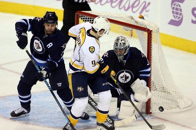 Filip Forsberg z Nashvillu se snaží překonat brankáře Winnipegu Ondřeje Pavelce. Vlevo je zadák Jets Mark Stuart.