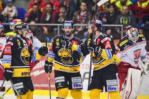 Zleva František Gerhát, Viktor Hübl a Michal Trávníček, všichni z Litvínova, oslavují gól, vpravo brankář Patrik Rybár z Hradce Králové.