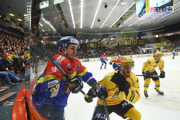 Zdeněk Doležal z Budějovic a Tomáš Frolo ze Vsetína během semifinále play off první ligy.
