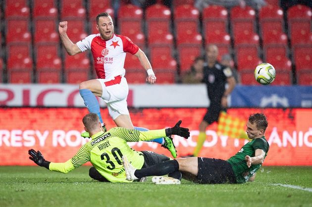 Brankář Jablonce Vlastimil Hrubý a Tomáš Břečka se snaží zabránit ve skórování slávistovi Vladimíru Coufalovi.