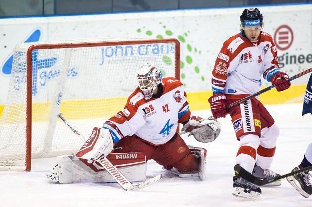 Brankář Olomouce Branislav Konrád zasahuje během extraligového utkání, situaci přihlíží Jan Švrček.