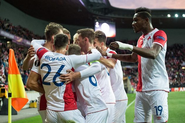 Fotbalisté Slavie oslavují gól na 1:0 proti Maccabi Tel Aviv.