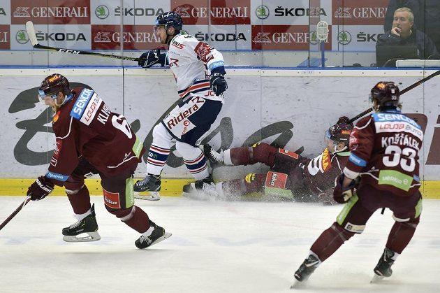 Lukáš Klimek ze Sparty, Josef Hrabal z Vítkovic a hokejisté Sparty Jaroslav Hlinka a Jan Košťálek v akci během předkola play off.