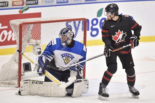 Překonaný brankář Justus Annunen z Finska a Dylan Cozens z Kanady.