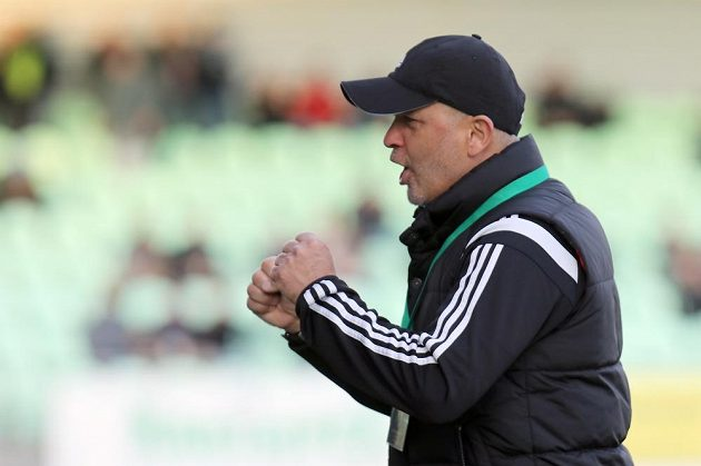 Trenér Karviné Juraj Jarábek se raduje po skončení zápasu.