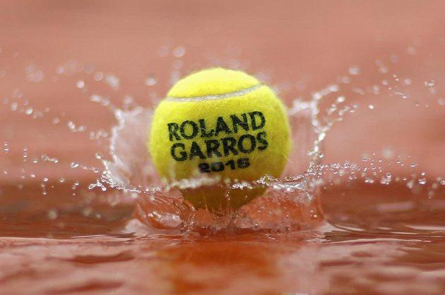Déšť a louže občas mají na Roland Garros nad tenisem a módou navrch.