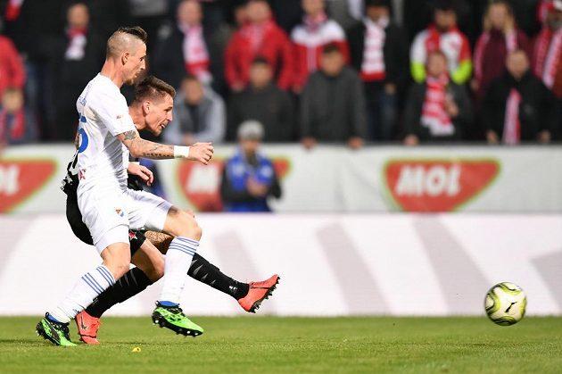 Slávista Lukáš Masopust (v černém) střílí přes bránícího Jiřího Fleišmana z Baníku druhý gól pražského celku ve finále MOL Cupu.