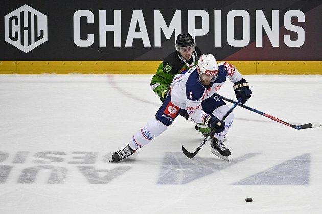 Zleva Michal Simon z Mladé Boleslavi a Yannick Weber z ZSC Curych.