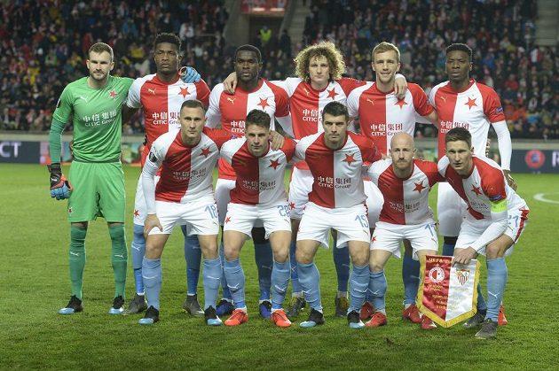 Fotbalisté Slavie před úvodním hvizdem odvetného zápasu se Sevillou