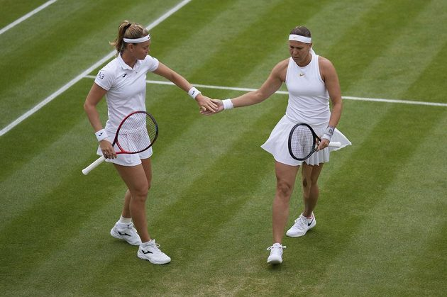 České tenistky Lucie Hradecká a Marie Bouzková během čtvrtfinále Wimbledonu.