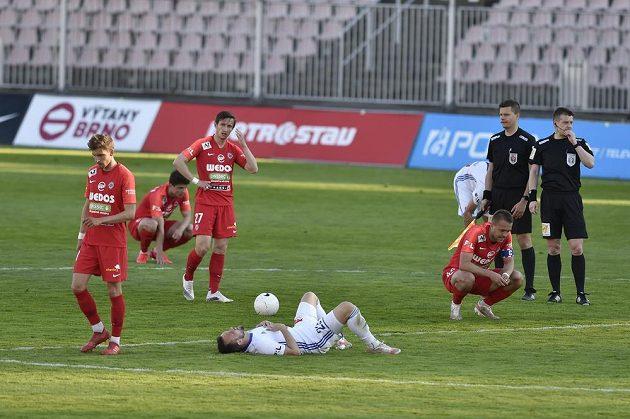 Fotbalisté Brna (v červeném) a Boleslavi po zápase.