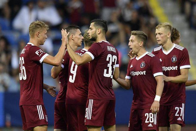 Hráči Sparty se radují ze čtvrtého gólu.