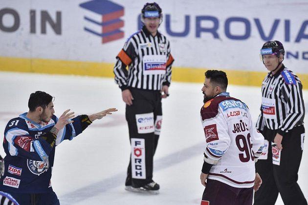 A jde se na to. Dominik Lakatoš (vlevo) z Liberce a Richard Jarůšek ze Sparty se chystají na bitku ve druhém utkání předkola play off.