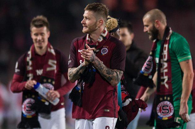 Obránce Sparty Praha Ondřej Mazuch oslavuje se spoluhráči triumf v derby se Slavií.
