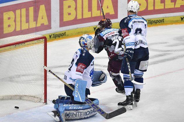 Lukáš Pech ze Sparty se raduje z gólu. Vlevo je plzeňský brankář Miroslav Svoboda, vpravo jeho spoluhráč David Sklenička.
