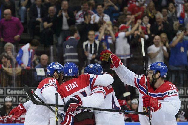 Čeští útočníci (zleva) Jaromír Jágr, Martin Erat, Jan Kovář a obránce Petr Čáslava se radují z gólu proti Kanadě.
