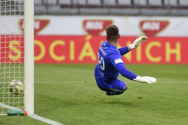 Gól z penalty inkasuje brankář Baníku Viktor Budinský, střelcem byl Tomáš Souček.