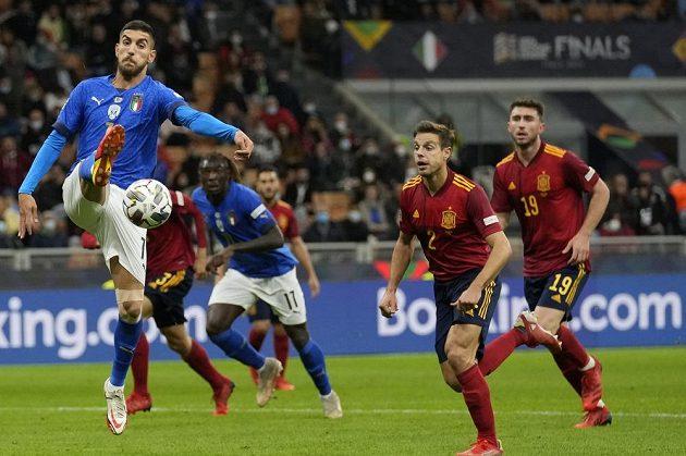 Italský fotbalista Lorenzo Pellegrini se snaží zpracovat míč během úvodního semifinále Ligy národů v Miláně, kde Italové podlehli Španělsku 1:2.
