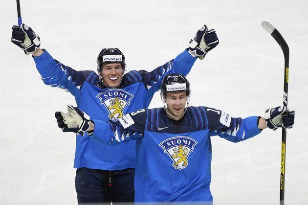 Mikael Ruohomaa (vpravo) a Jere Sallinen se radují z gólu na 2:1 Petteriho Lindbohma (není na snímku).
