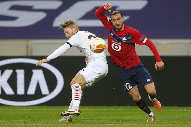 Simon Kjaer (vlevo) z AC Milán v souboji o míč s Yusufem Yazicim z Lille.